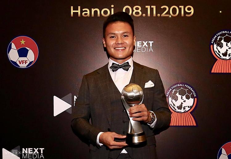 Quang Hải tươi cười khoe danh hiệu giành được ở AFF Awards. Ảnh: Lâm Thoả.
