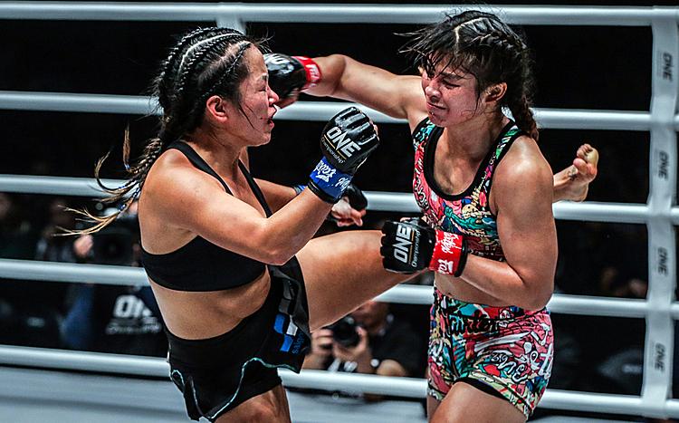 Bi Nguyễn (trái) liên tiếp dính đòn khi đối thủ có sải tay dài hơn.