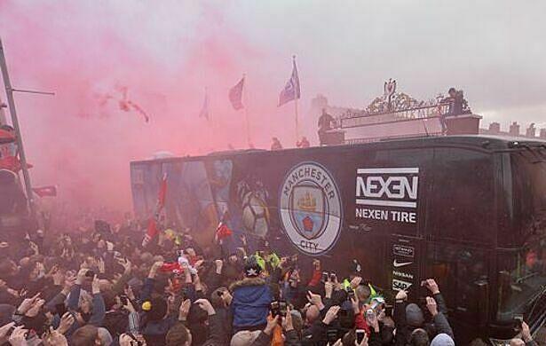 CĐV Liverpool đe dọa chiếc xe buýt chở các thành viên Man City hồi tháng 4/2018. Ảnh: REX.
