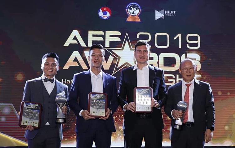 HLV PArk (phải) cùng các học trò trong lễ nhận giải AFF Awards hôm qua. Ảnh: Lâm Thoả.