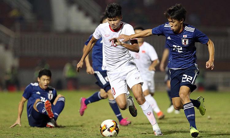 Tiền đạo Văn Tùng (số 10) tả xung hữu đột giữa hàng thủ U19 Nhật Bản. Ảnh: Đức Đồng.