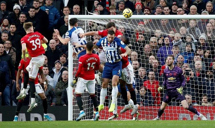 Lewis Dunk đánh đầu rút ngắn tỷ số xuống 1-2 cho Brighton. Ảnh: Reuters.