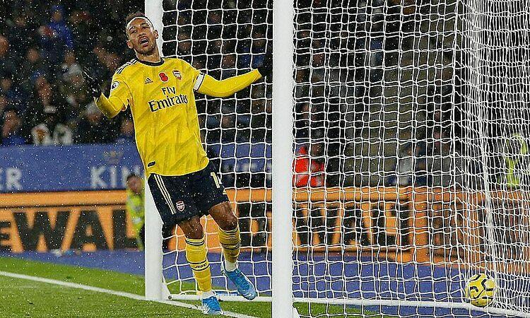 Đội trưởng Aubameyang thất vọng với bàn thắng không được công nhận.