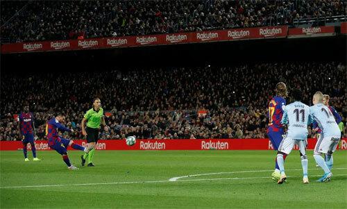 Hat-trick sút phạt của Messi vào lưới Celta Vigo. Ảnh: Reuters