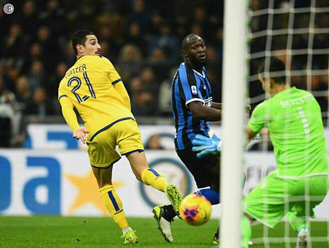 Lukaku (xanh đen) bỏ lỡ nhiều cơ hội trong cả trận. Ảnh: AP.