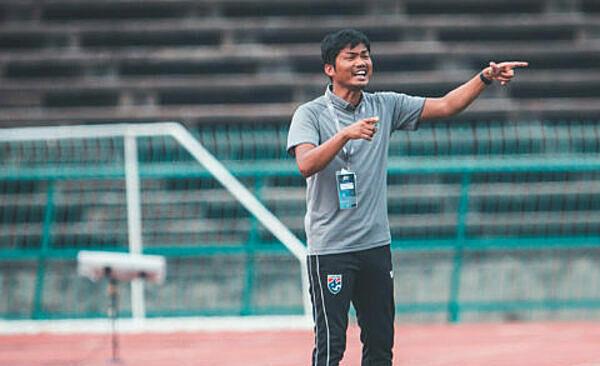 HLV Sritaro nhận việc từ năm 2018 nhưng không giúp đội U19 Thái Lan tiến bộ. Ảnh: Camsports.