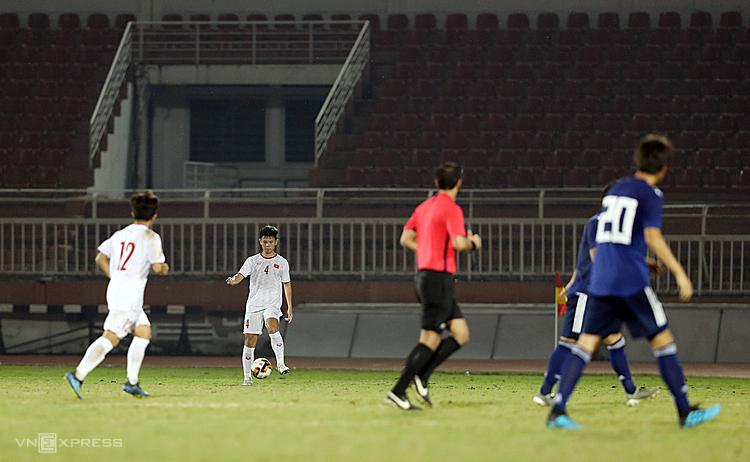 Các cầu thủ Việt Nam thoải mái kiểm soát bóng trong khoảng 20 phút cuối trận mà không vấp phải sự tranh chấp nào từ cầu thủ Nhật Bản. Ảnh: Đức Đồng.