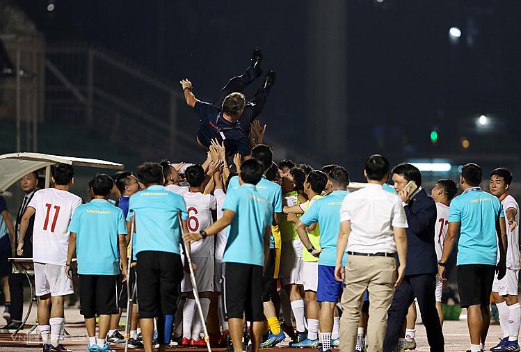 HLV Troussier được các học trò tung hô sau khi giúp U19 Việt Nam đoạt vé dự VCK U19 châu Á. Ảnh: Đức Đồng.