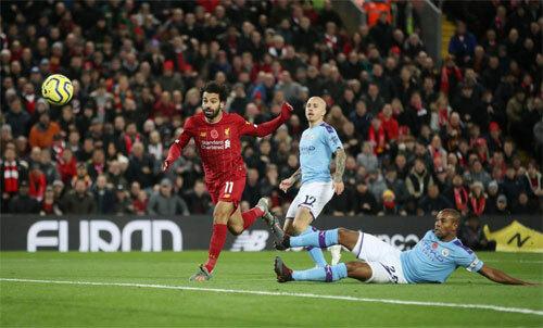 Salah thoát khỏi sự theo kèm của Fernandinho và Angelino để nâng tỷ số lên 2-0. Ảnh: Reuters