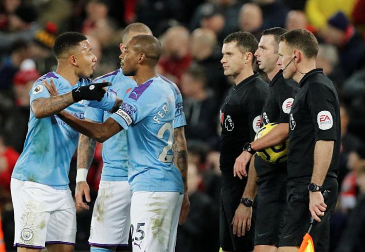 Cầu thủ Man City tức giận với tổ trọng tài khi tan trận.