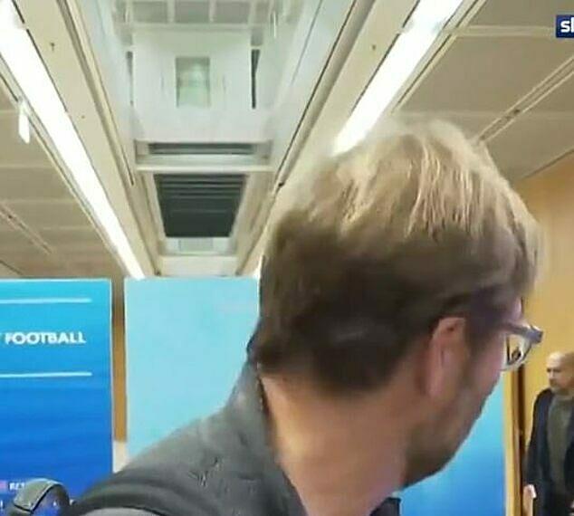 Klopp tỏ vẻ hốt hoảng khi thấy Guardiola. Ảnh: Sky.