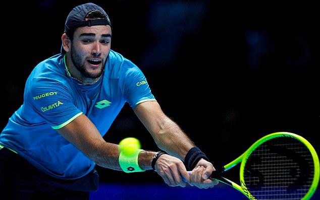 Berrettini chật vật trong việc xử lý các cú giao bóng mạnh của Federer. Ảnh: BPI.