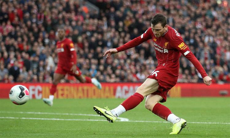 Andy Robertson tạt bóng cho Salah đánh đầu tung lưới Man City. Ảnh: Reuters