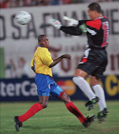 Asprilla trong lần đối đầu Chilavert ở vòng loại World Cup 1998. Ảnh: AP.