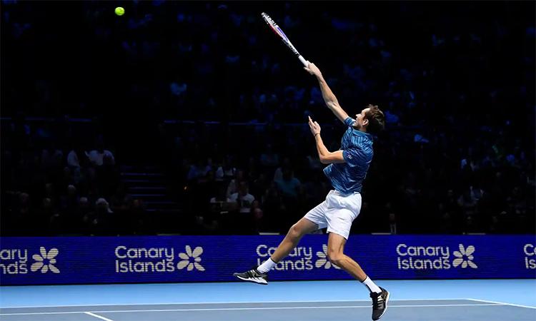 Những cú giao bóng là vũ khí kiếm điểm quan trọng của Medvedev khi gặp Nadal hôm qua. Ảnh: Reuters.