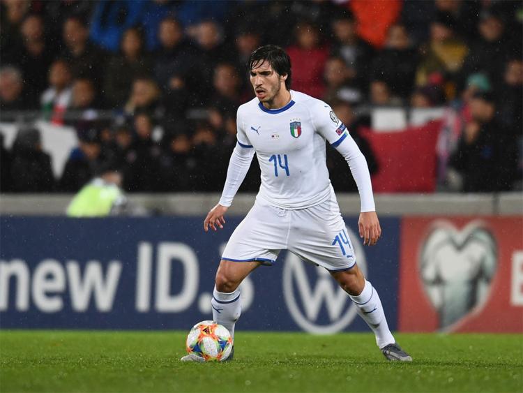 Sandro Tonali khoác áo tuyển Italy khi còn rất trẻ. Ảnh: Reuters
