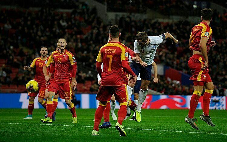 Pha không chiến dẫn đến bàn đầu tiên của Kane. Ảnh: REX.