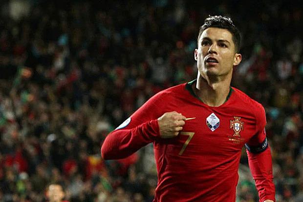Ronaldo mừng bàn mở tỷ số trên chấm phạt đền. Ảnh: Reuters.