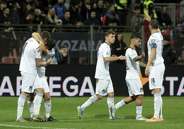 Tuyển Italy mừng bàn nâng tỷ số lên 3-0 của Belotti (trái). Ảnh: AP.