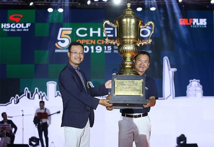Chủ tịch công ty HS Golf Phạm Viết Thắng trao giải Best Gross cho golfer Đỗ Anh Đức (phải).