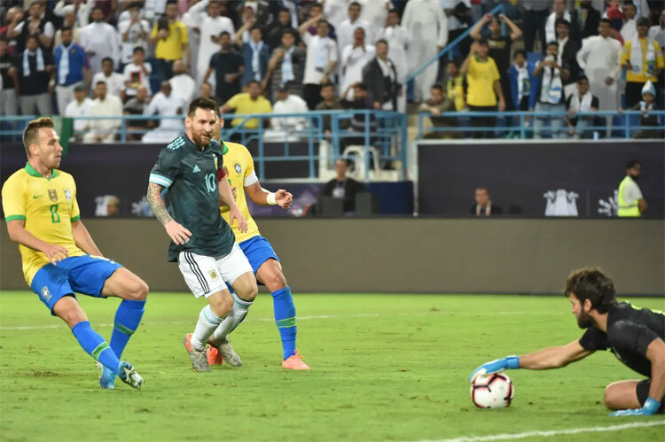 Alisson thi đấu chắc chắn, trừ tình huống đẩy 11m đúng tầm để Messi đá bồi.