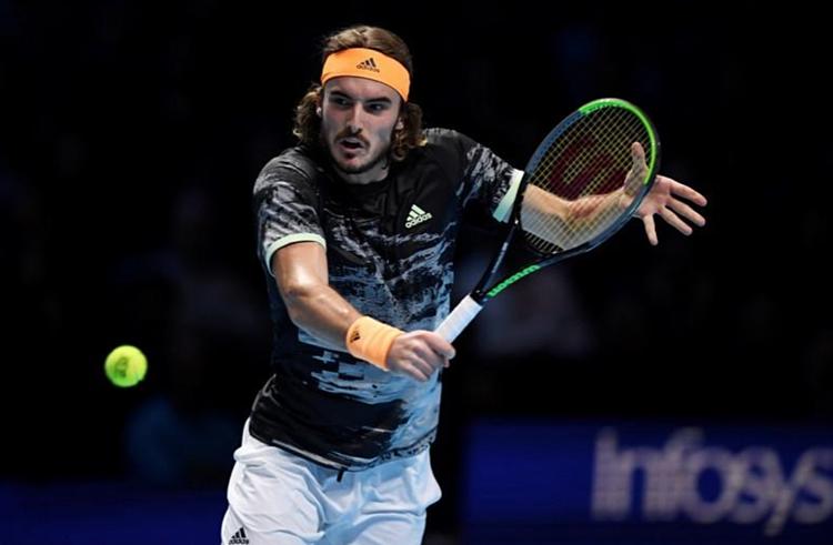 Tsitsipas đã có vé vào bán kết, nhưng vẫn chơi hết sức, khiến đàn anh Nadal mướt mồ hôi ở trận cuối. Ảnh: Reuters.