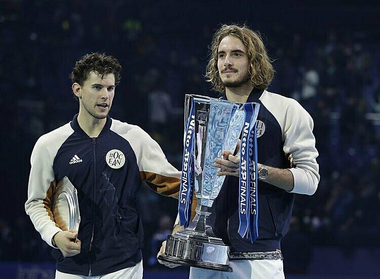 Tsitsipas (phải) nâng cup ATP Finals ngay trong lần đầu tham dự. Ảnh: AP.