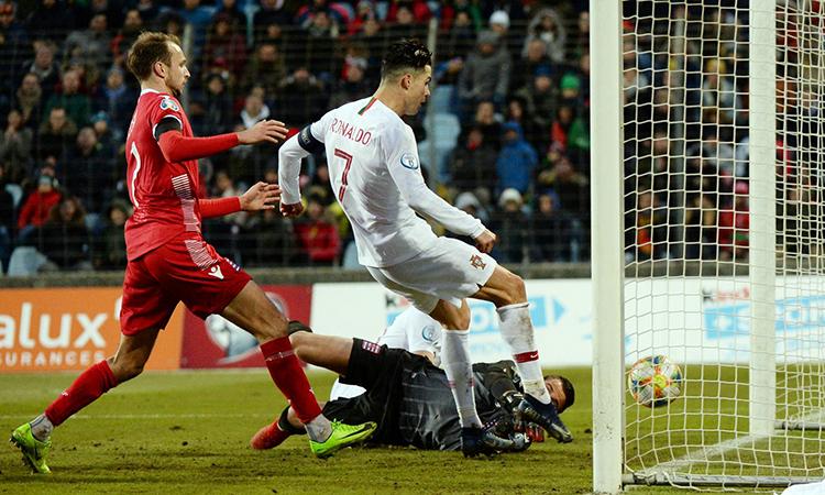 Pha đệm bóng cận thành vào lưới Luxembourg của Ronaldo. Ảnh: Reuters.