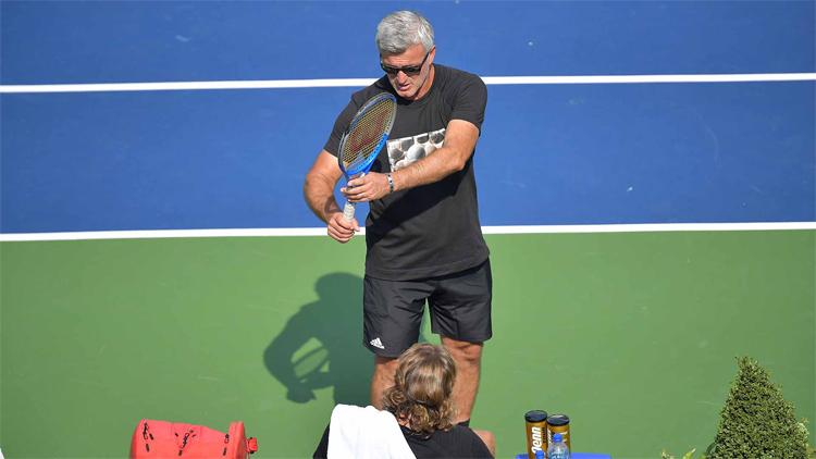 Apostolos trao đổi với con trai trong một buổi tập tại Washington. Ảnh: ATP.