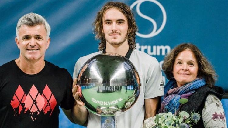 Cha mẹ luôn đồng hành với Tsitsipas trên các bước đường sự nghiệp. Trong ảnh là khoảnh khắc gia đình Tsitsipas mừng danh hiệu ATP đầu tiên của con trai tại Stockholm năm 2018. Ảnh: Instagram.