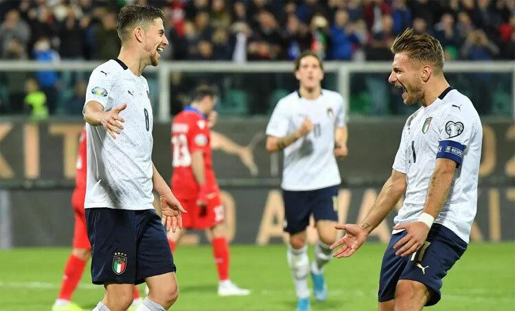 Jorginho (trái) chia vui sau tình huống ghi bàn vào lưới Armenia. Ảnh: EPA