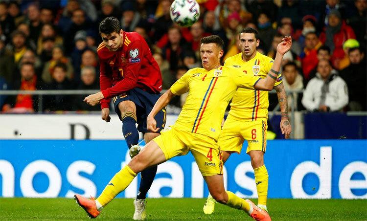 Tây Ban Nha (áo đỏ) quá mạnh so với Romania. Ảnh: Reuters