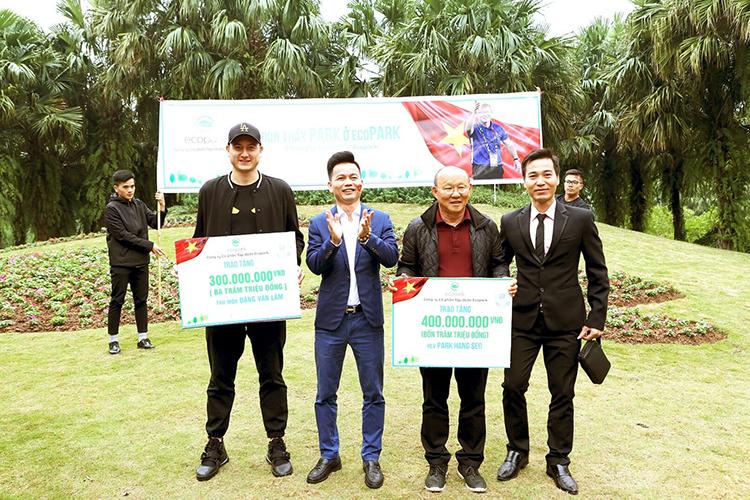 Tổng giám đốc Trần Quốc Việt (thứ hai từ trái sang) đại diện tập đoàn trao phần thưởng cho hai thầy trò.