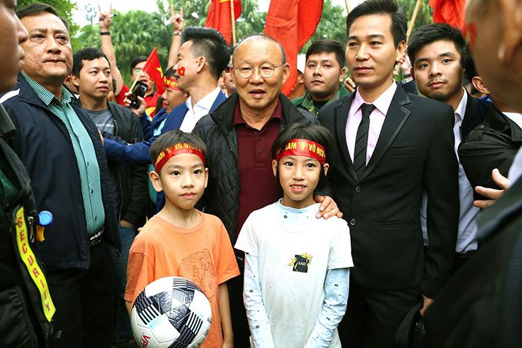 Huấn luyện viên Park Hang Seo đặc biệt dành nhiều tình cảm cho các em nhỏ.