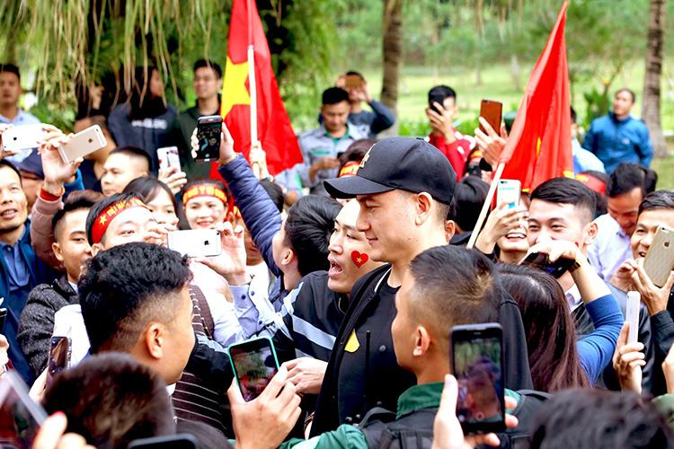 Đặng Văn Lâm trong vòng vây người hâm mộ tại Ecopark.