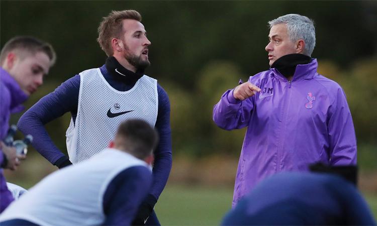 Mourinho làm việc cùng các cầu thủ trên sân tập Tottenham hôm 20/11. Ảnh: Tottenham Hotspurs.