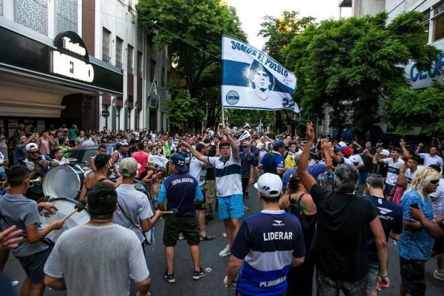 CĐV Gimnasia phản đối quyết định từ chức của Maradona. Ảnh: EFE.