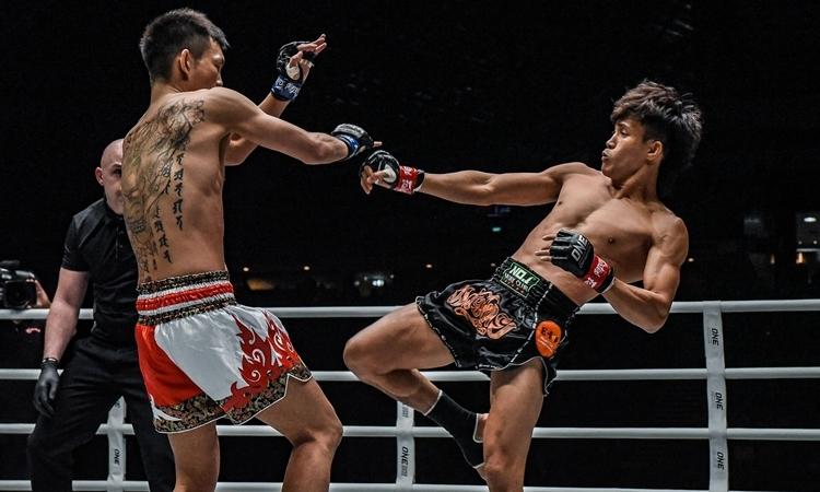 Duy Nhất (phải) tung cú đá tầm cao bằng chân phải hạ gục Watanabe.