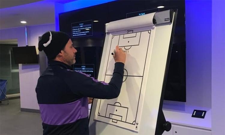Pochettino viết lời từ biệt các học trò trên tấm bảng sa bàn trong phòng họp đội Tottenham, vì các cầu thủ vẫn chưa trở về tập trung lại khi ông bị sa thải. Ảnh: Twitter.