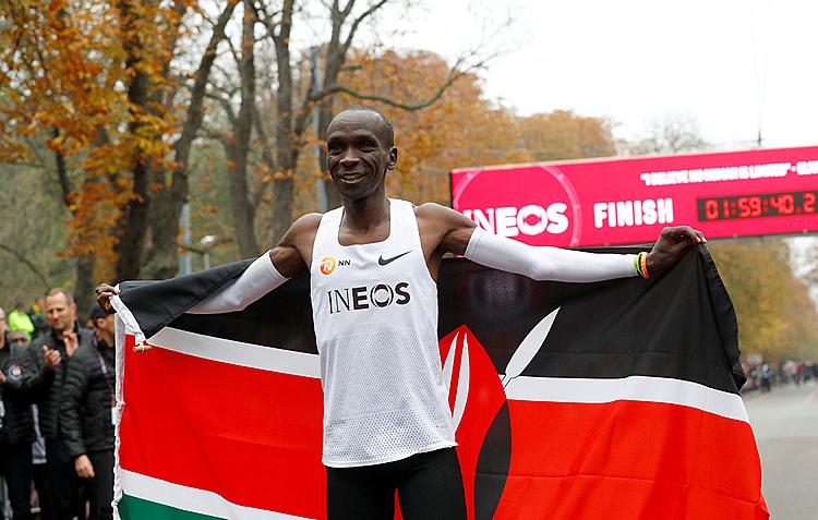 Kipchoge là người đầu tiên chạy marathon sub2 trên thế giới. Ảnh: AP.