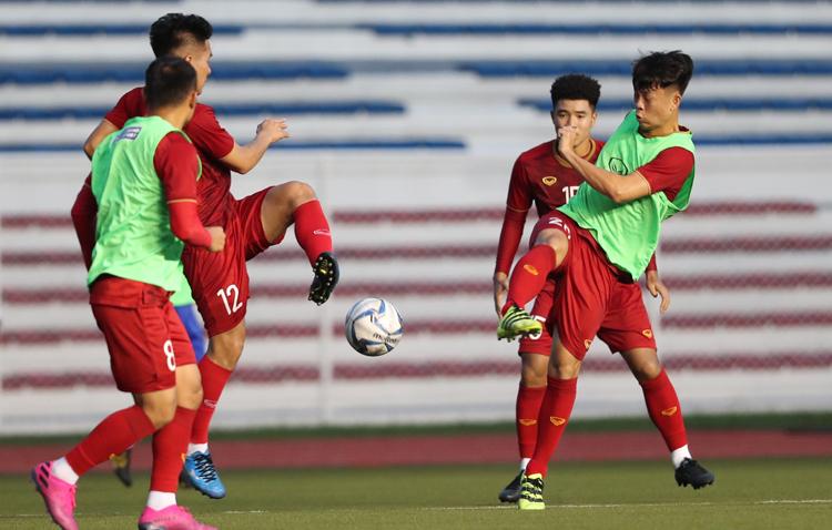Cầu thủ U22 Việt Nam tập trên sân Rizal chiều 23/11. Ảnh: Đức Đồng