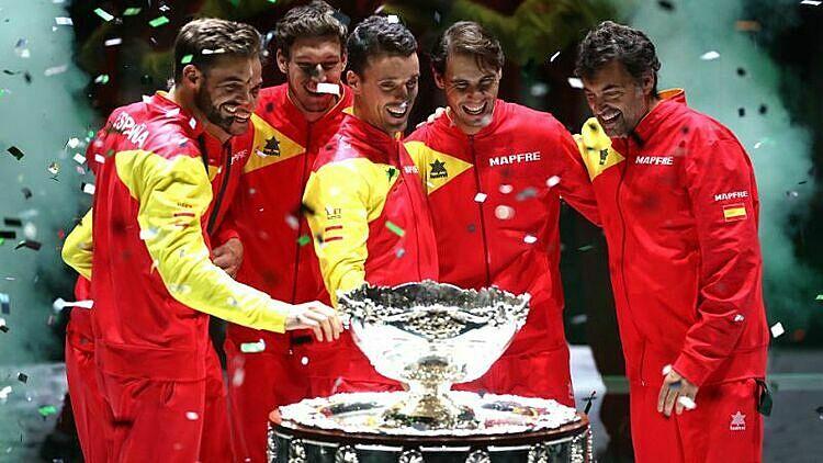 Nadal (thứ hai từ phải sang) mừng chức vô địch Davis Cup cùng các đồng đội. Ảnh: Yahoo.