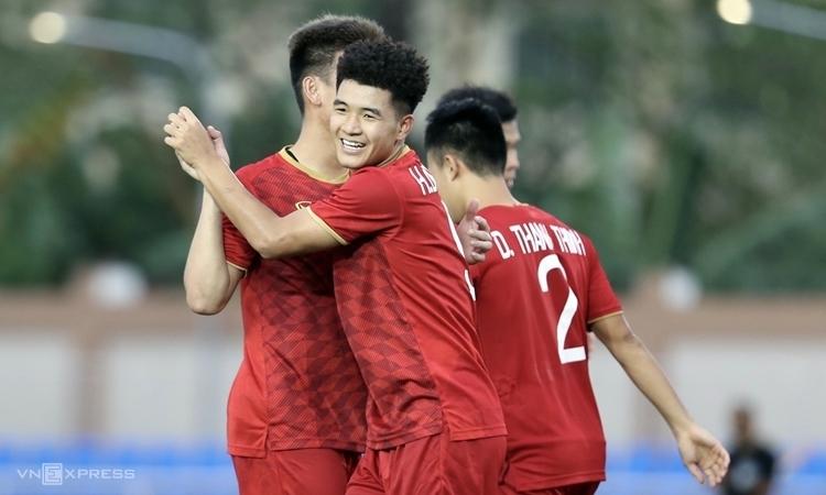 Đức Chinh (giữa) lập hat-trick cho Việt Nam ngay trận đầu tiên ở SEA Games 30. Ảnh: Đức Đồng.