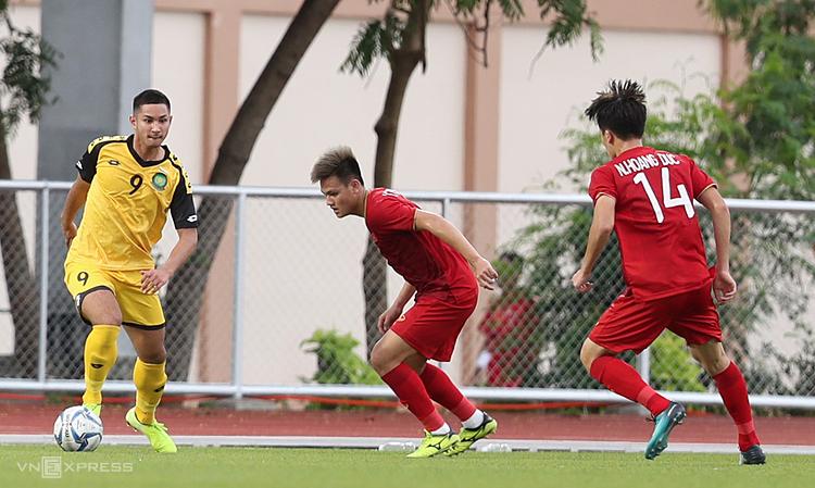 Bolkiah đối mặt với các cầu thủ Việt Nam, trên sân Binan chiều 25/11. Ảnh: Đức Đồng.