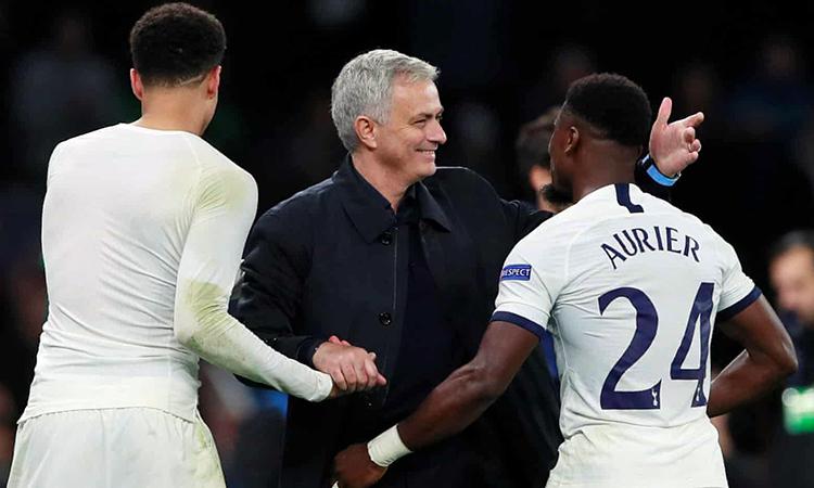 Mourinho xuống sân chúc mừng học trò sau chiến thắng. Ảnh: Reuters.