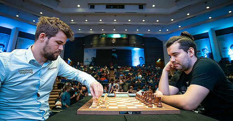 Carlsen (trái) đánh với Nepomniachtchi. Ảnh: GCT.