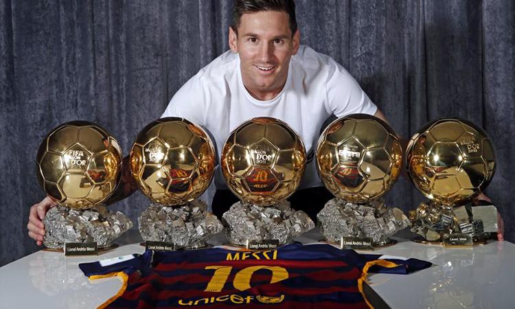 Messi chụp ảnh cùng năm Quả Bóng Vàng. Ảnh: FC Barcelona.