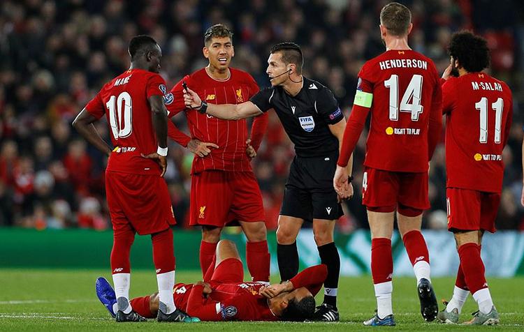 Cầu thủ Liverpool vây quanh trọng tài, và cho rằng Van Dijk bị phạm lỗi trước khi Mertens mở tỷ số. Ảnh: Reuters.