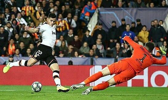 Thủ môn Kepa Arrizabalaga (phải) bắt tốt nhưng vẫn thủng lưới hai bàn. Ảnh: Reuters.