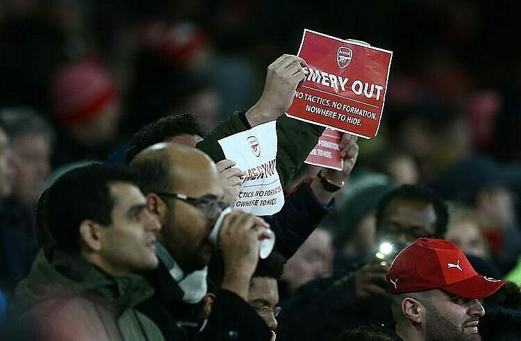 CĐV Arsenal quá ngán ngẩm với Unai Emery. Ảnh: REX.